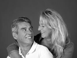 Portrait Paar mittleren Alters in schwarzweiß