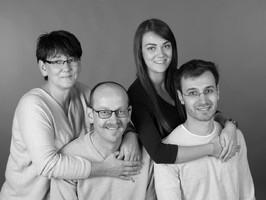 Portrait Familie in schwarzweiß