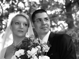 Hochzeitsfoto junges Paar in schwarzweiß