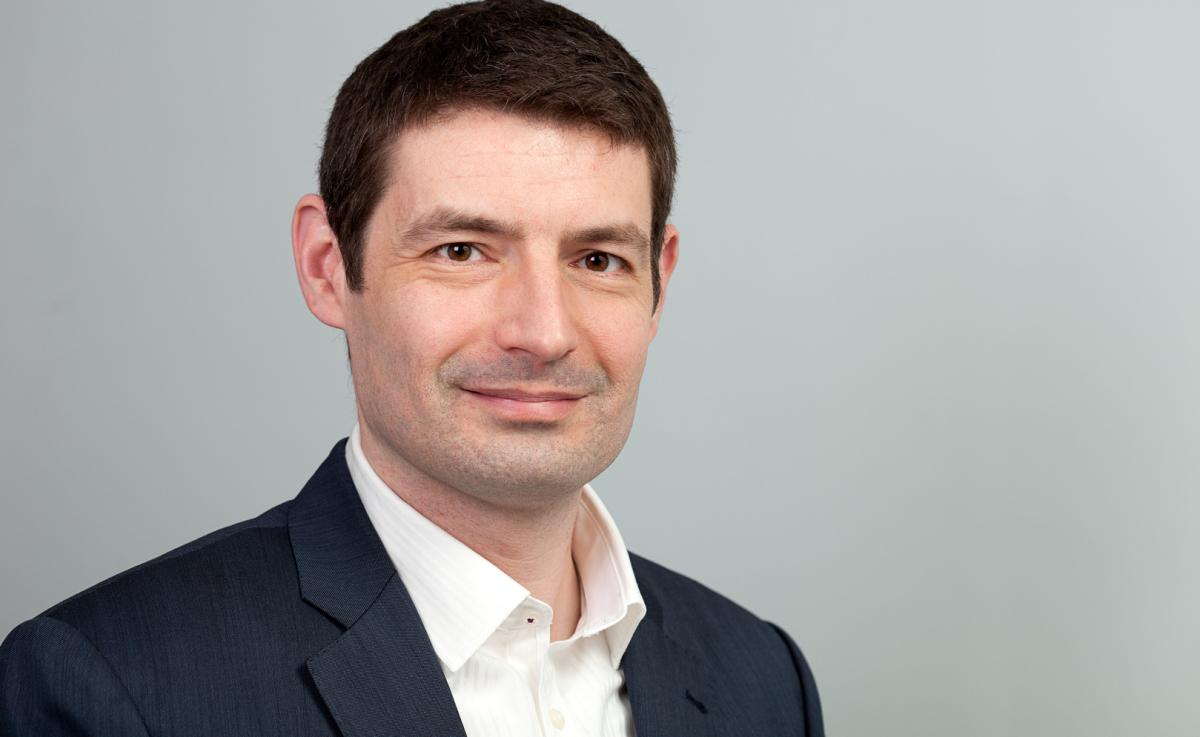 Bewerbungsfoto Mann, hellgrauer Hintergrund, Businessportrait